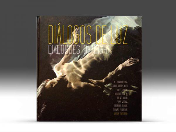 <span>DIÁLOGOS DE LUZ – EDITORIAL</span><i>→</i>